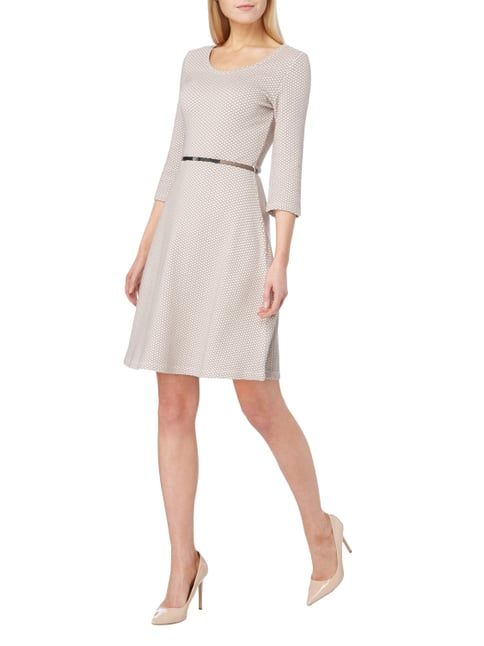 Taifun Kleid mit Allover-Muster in Braun - 1