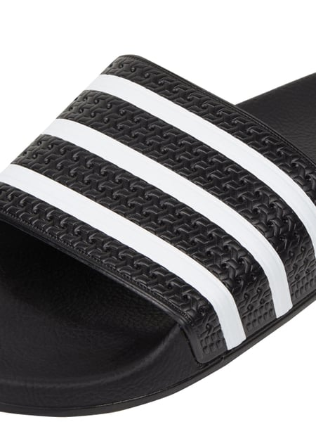 adidas originals adilette mit streifenmuster am riemen in. Black Bedroom Furniture Sets. Home Design Ideas