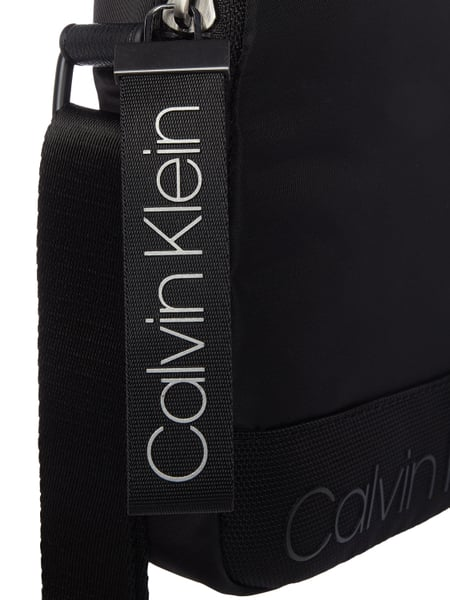 calvin klein umh ngetasche mit logo print in grau schwarz online kaufen 9837741 p c online shop. Black Bedroom Furniture Sets. Home Design Ideas