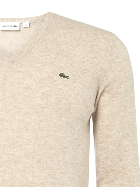 lacoste pullover aus schurwolle mit v ausschnitt in wei online kaufen 9531301 p c online shop. Black Bedroom Furniture Sets. Home Design Ideas