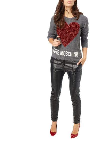 love moschino pullover mit herz applikation in grau schwarz online kaufen 9706792 p c online. Black Bedroom Furniture Sets. Home Design Ideas