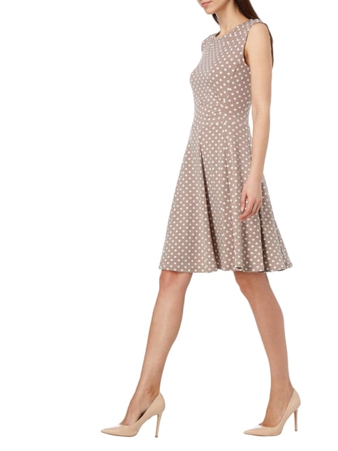 Montego Kleid mit Allover-Muster in Braun - 1