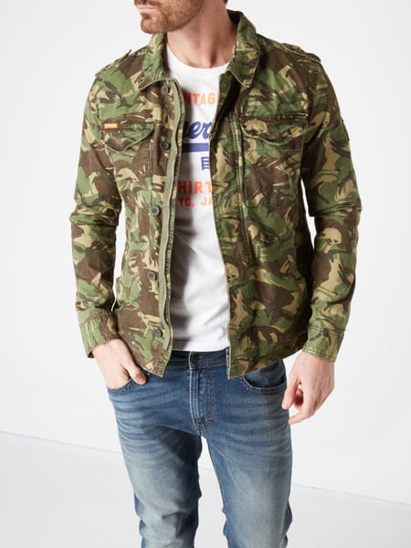 online retailer 8d471 e99a4 Superdry – Jeansjacke mit Camouflage-Muster – Olivgrün